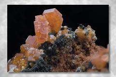 Vanadinit-Calcit-Manganomelan, Abbildungsmassstab 2:1, Bildbreite 11,85 mm, Stack aus 42 Aufnahmen, Objektiv Zeiss Luminar 63 mm, Fundort Mibladen / Marokko